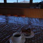 三俣山荘の展望食堂で名物ケーキセット。コーヒーはサイフォンで淹れてくれます!