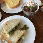 フムスのサンドイッチ、いちじくのパフェ(はーと