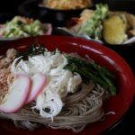 山形村は唐沢集落の根橋屋にて、長芋の細切りと一緒に食べる、やまっちそば。ウマイ。