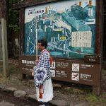 羽黒山出羽(いでは)神社では、山伏さんが案内してくれます。