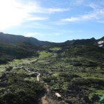雲ノ平山荘を出発、右に祖父岳、左に黒岳(水晶岳)。
