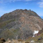 こっから一旦下りて、あの岩山を再び登るのです。コースタイム35分、なかなか厳しい。
