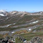 白雲岳山頂より、左端の白いのが旭岳。 ここもスゴい年は紅葉ゼブラになるらしい涙