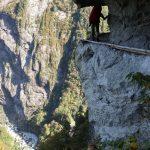 欅平と阿曽原温泉の間にある「大太鼓」と呼ばれる難所。左下に谷底が写ってますね〜高いですね〜 この後、この岩の裏で団体さんとすれ違うハメになり、ホント怖かったです……