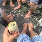 須川温泉にて、足を浸けてる間だけビールを飲めるルール健在w 今年はそんなに熱くなかった
