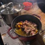 アウトドア用カセットコンロ「風まる」が火を吹きました。平地なので鍋も持参。キムチ鍋と鶏人参玉葱の煮物。